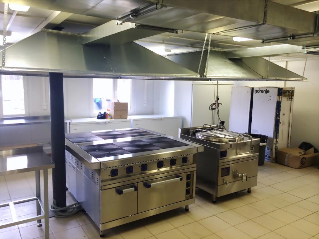 Кухня в столовой, созданной для круглосуточного обслуживания 3000 рабочих, занятых на строительстве парка ``Патриот`` в Кубинке.